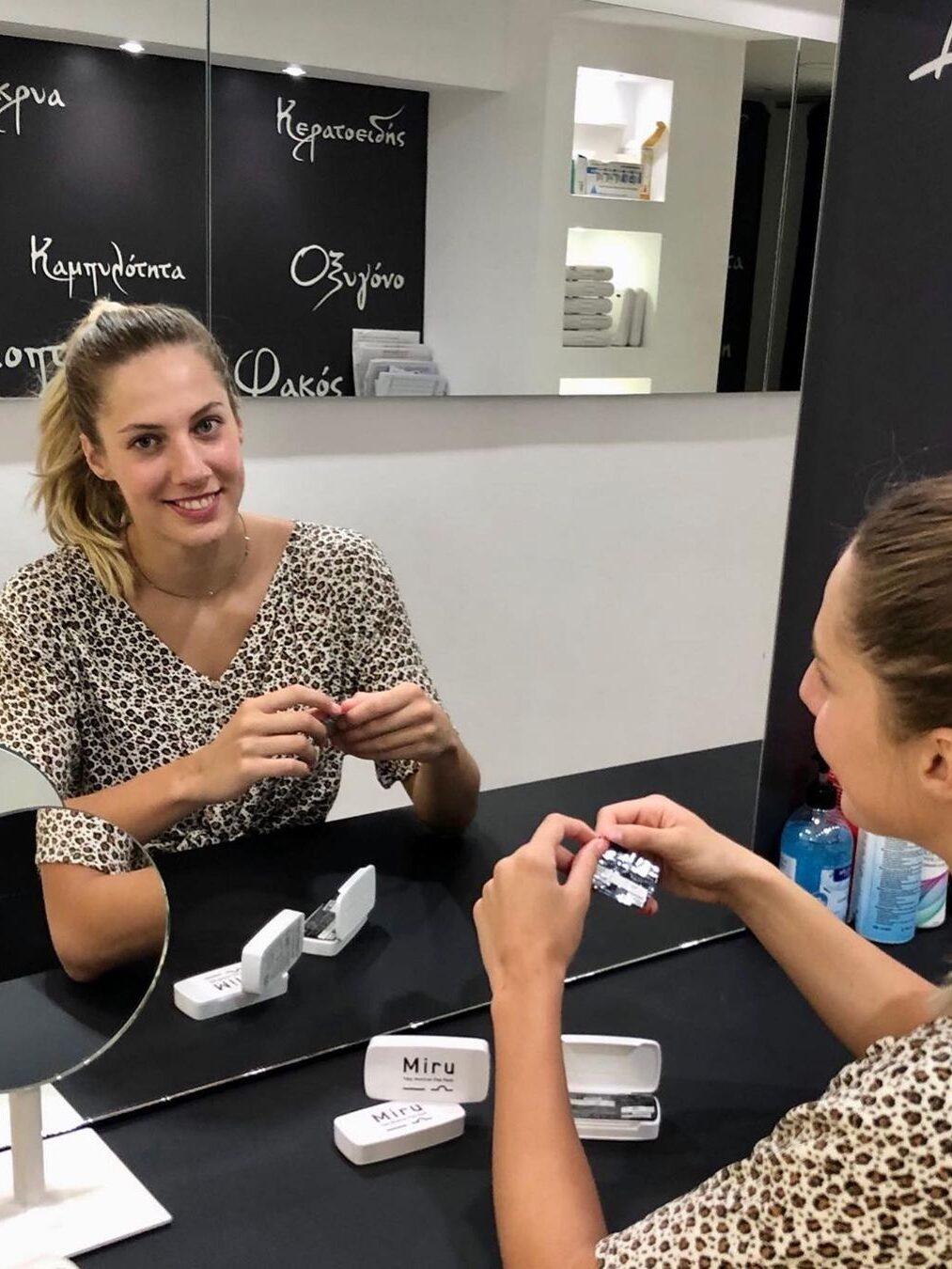 Η Μελίνα Τροχαλάκη μαθαίνει να χειρίζεται φακούς επαφής